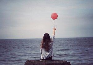 wanita bermain balon