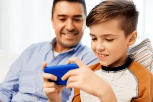 orangtua mengawasi anak menggunakan handphone